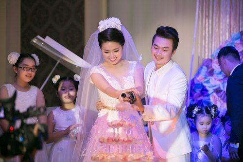 Lê Khánh hạnh phúc bên chồng trong lễ cưới tại Sài Gòn - 9