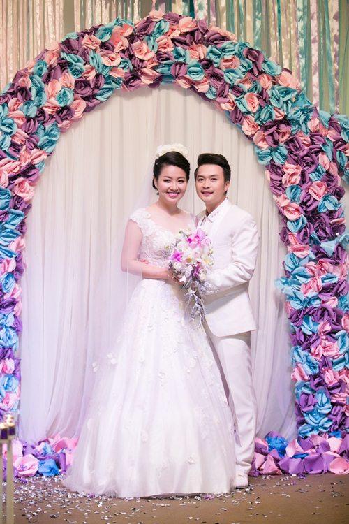 Lê Khánh hạnh phúc bên chồng trong lễ cưới tại Sài Gòn - 12