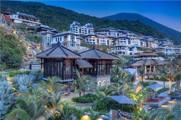 Ngoài giải thưởng Khu nghỉ dưỡng sang trọng nhất châu Á 2014, InterContinental Danang Sun Peninsula Resort còn được bình chọn thêm 3 giải: khu nghỉ dưỡng tốt nhất về dịch vụ giải trí và ẩm thực tại châu Á; khu nghỉ dưỡng tốt nhất Việt Nam; và khu nghỉ dưỡng có dịch vụ spa tốt nhất Việt Nam.