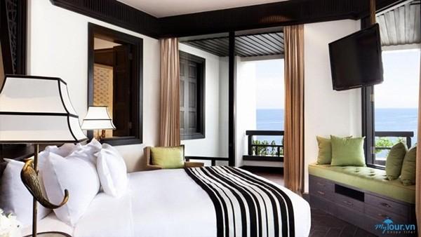 Khách sạn bao gồm 219 phòng, tất cả đều hướng về biển xanh bao la xinh đẹp với cửa sổ và ban công ở mỗi phòng rất lớn tạo nên một tầm nhìn cực kì hoàn hảo cho du khách ngắm cảnh từ trên cao, còn phía sau lưng thì tựa vào đồi núi cây cối xanh tươi, Intercontinental Da Nang Resort hoàn toàn lọt thỏm giữa một bên là biển, một bên là núi, tự tách mình ra khỏi thế giới hiện đại để hòa hợp cùng với tự nhiên.