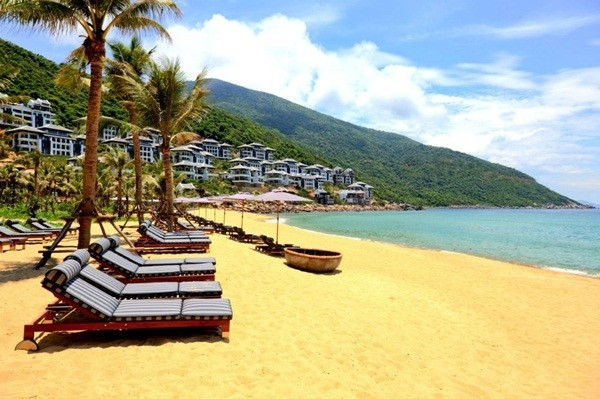 Intercontinental Da Nang Resort nằm trên một bãi biển tách biệt vớilàn nước xanh trong veo và những rạn san hô tuyệt đẹp để du khách có thể thoải máilặn ngụp khám phá, bờ biển cát vàng đầy nắng ấm là nơi thích hợp để cùng mọi người tham gia các trò chơi, hoạt động tập thể trên bờ.