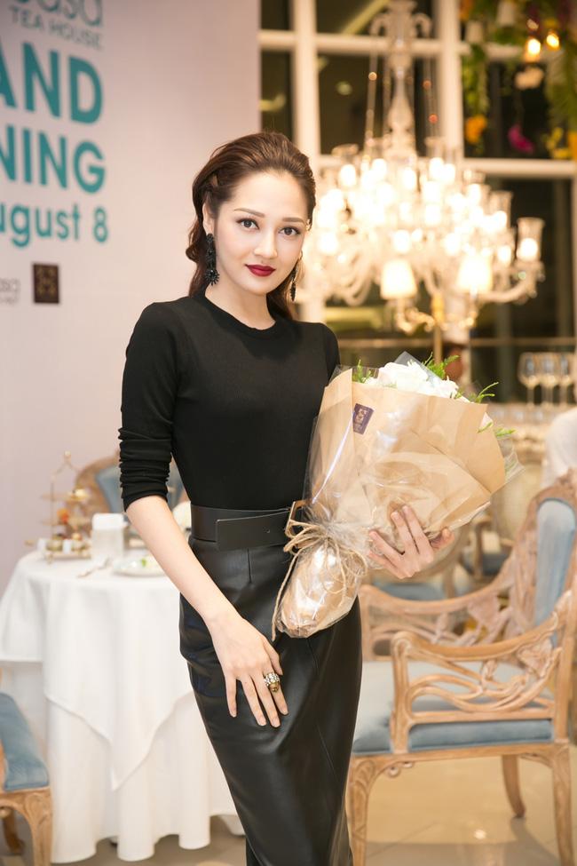 Lilly Nguyễn diện váy xẻ ngực táo bạo khi cùng HLV Hà Hồ dự sự kiện - Ảnh 13.