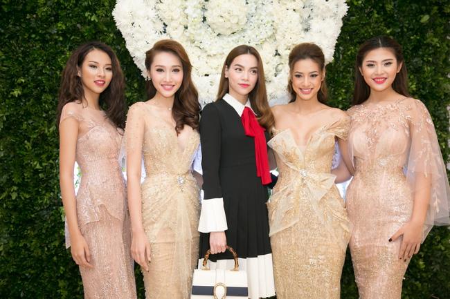 Lilly Nguyễn diện váy xẻ ngực táo bạo khi cùng HLV Hà Hồ dự sự kiện - Ảnh 2.