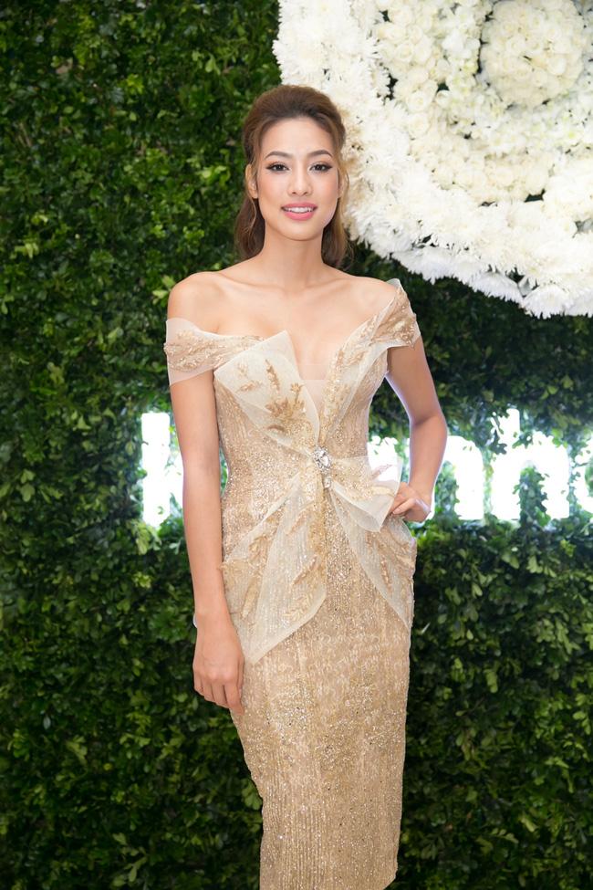 Lilly Nguyễn diện váy xẻ ngực táo bạo khi cùng HLV Hà Hồ dự sự kiện - Ảnh 4.
