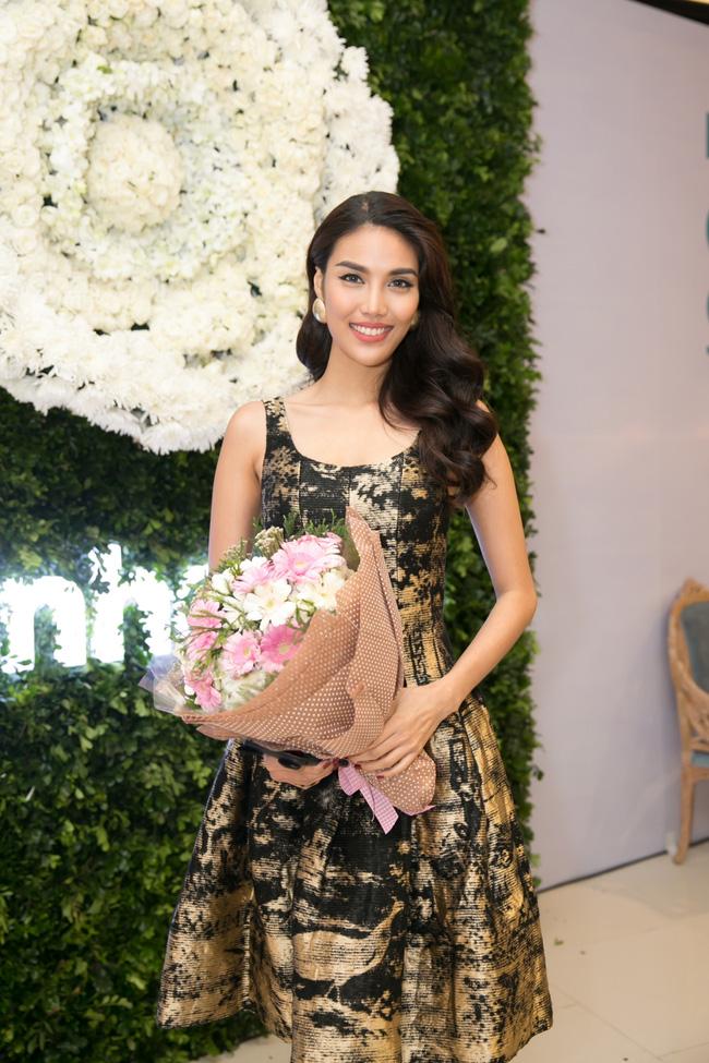 Lilly Nguyễn diện váy xẻ ngực táo bạo khi cùng HLV Hà Hồ dự sự kiện - Ảnh 9.