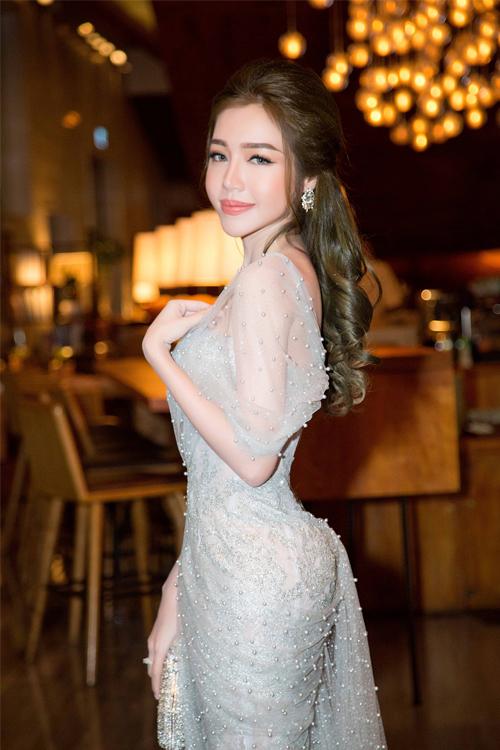 Hình ảnh: Elly Trần khoe vẻ gợi cảm với váy đuôi cá số 2