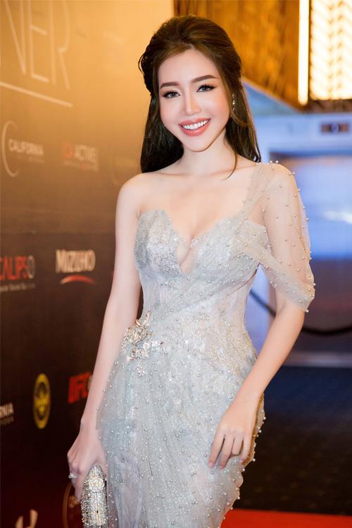 Hình ảnh: Elly Trần khoe vẻ gợi cảm với váy đuôi cá số 3